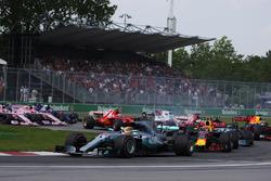 Lewis Hamilton, Mercedes AMG F1 W08, Max Verstappen, Red Bull Racing RB13, Valtteri Bottas, Mercedes AMG F1 W08, Sebastian Vettel, Ferrari SF70H en la arrancada