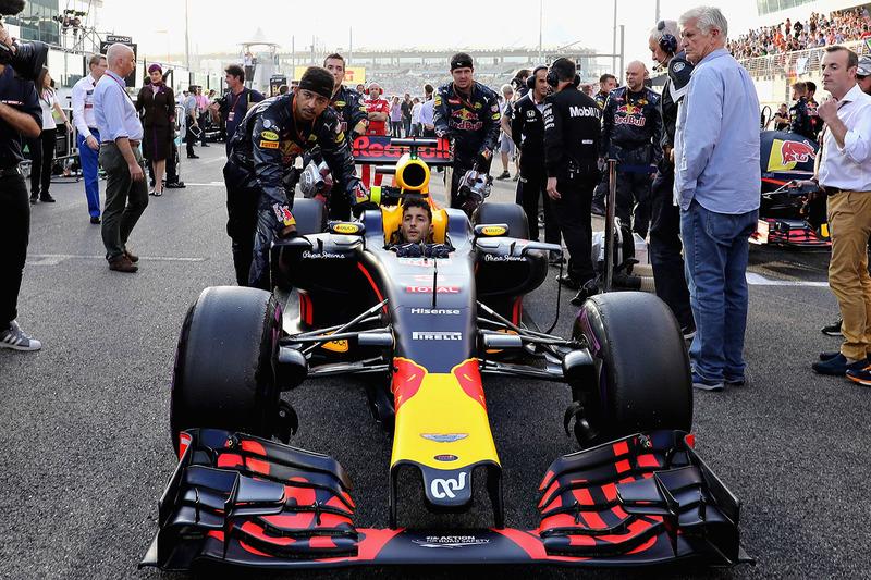 Daniel Ricciardo, Red Bull Racing RB12 en la parrilla