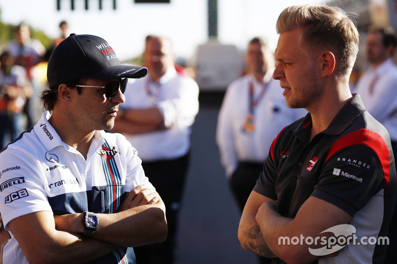 Felipe Massa, Williams, talks to Kevin Magnussen, Haas F1 Team VF-17
