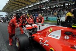 Les mécaniciens Ferrari poussent la voiture de Kimi Raikkonen, Ferrari SF70H