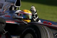 Hamilton wins chaotic Australian Grand Prix