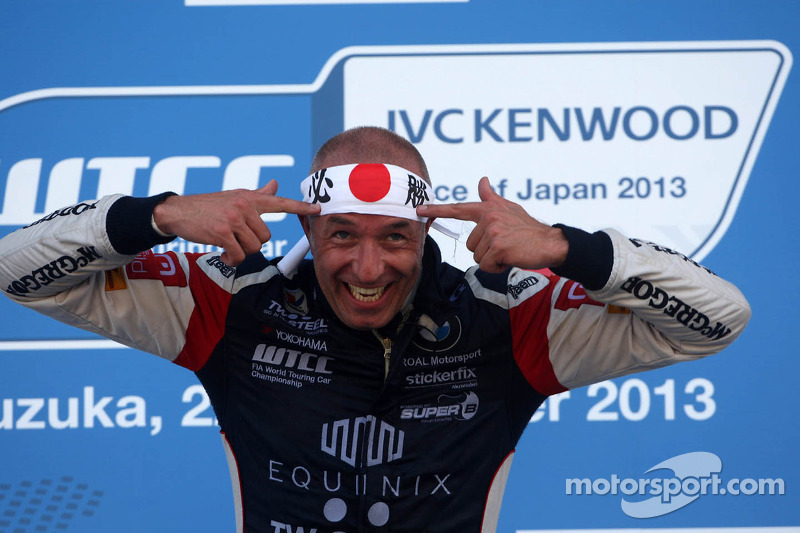 Tom Coronel claims historic victory in 200th series race in Japan - video