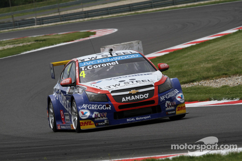 Tom Coronel just misses out on podium finish in FIA WTCC Slovakia - video