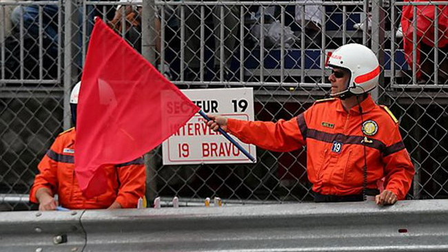 Bandiera rossa al 1. giro per una maxi scivolata