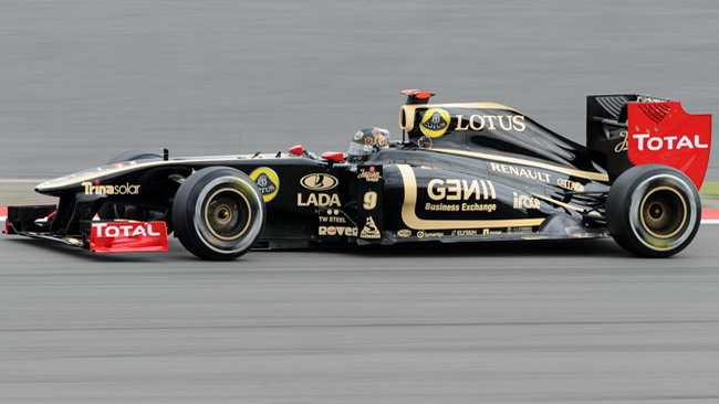 La Lotus Renault con gli scarichi soffianti nel diffusore