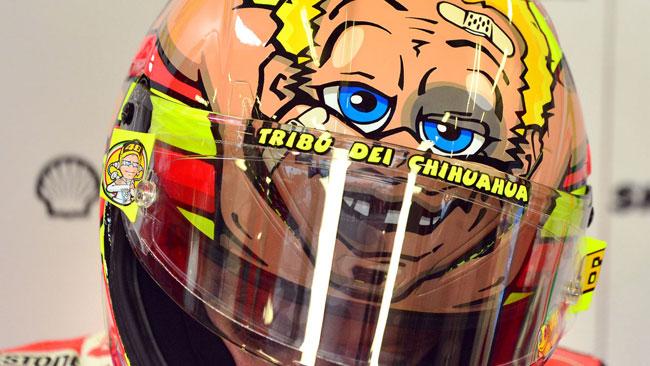 Valentino pugile alle corde sul casco per Misano