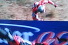 Che paura: Hayden sbatte e vola oltre le barriere!