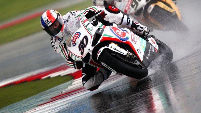 Sylvain Guintoli fantastico sotto l'acqua in Gara 1