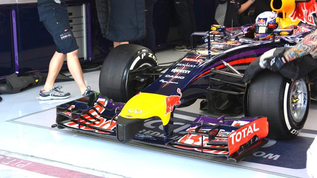 La Red Bull RB10 gira con l'ala davanti molto scarica