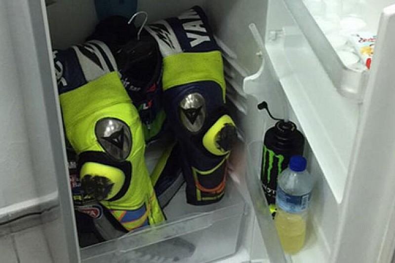 Valentino combatte il caldo con la tuta in... frigorifero!