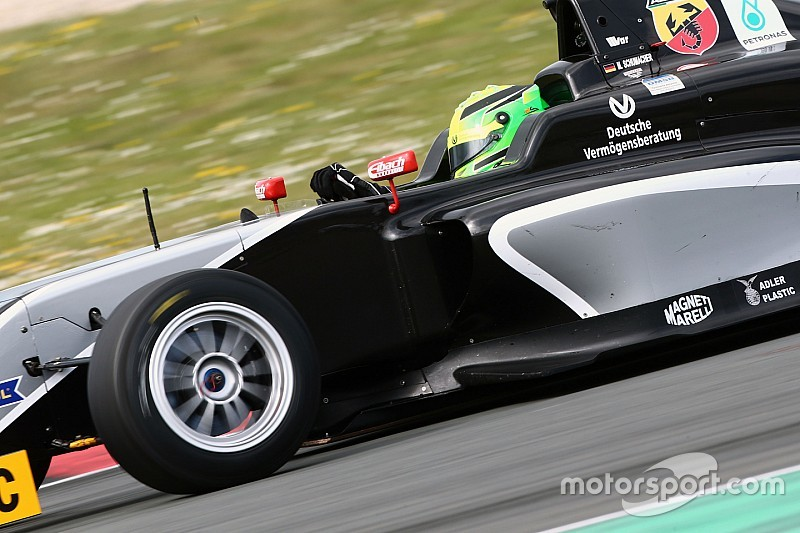 Filho de Schumacher quebra mão em acidente na Áustria de F4; veja vídeo