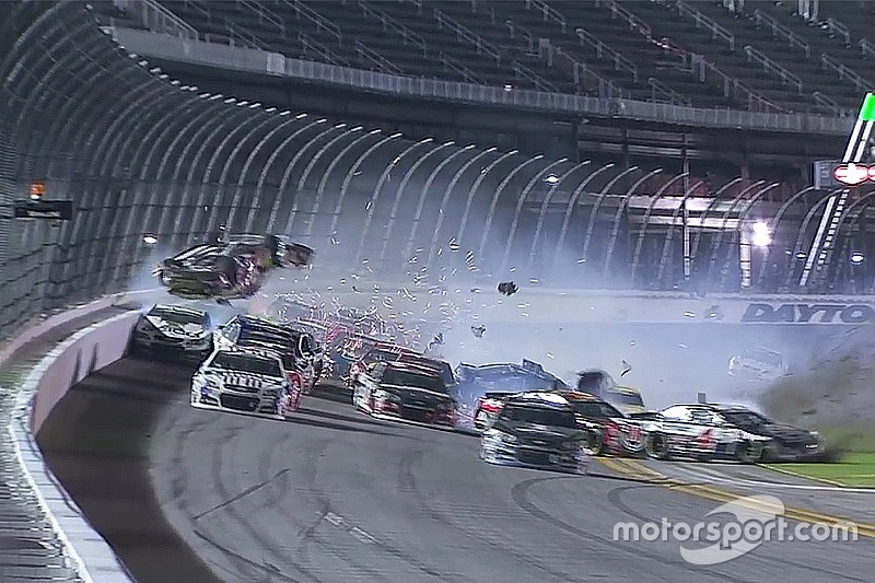 Acidente na NASCAR atinge grade de proteção dos torcedores