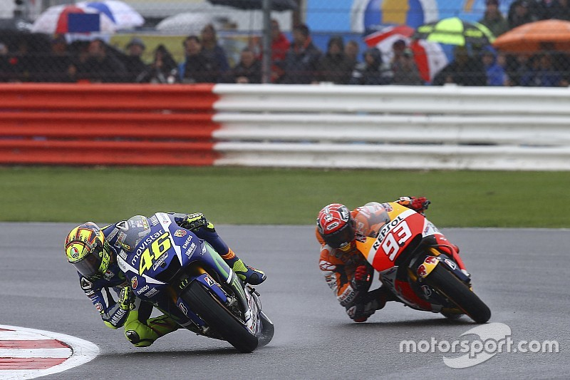 Victoria y liderato para Rossi