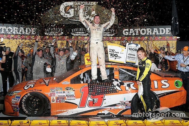 Carl Edwards vince la Southern 500 a Darlington