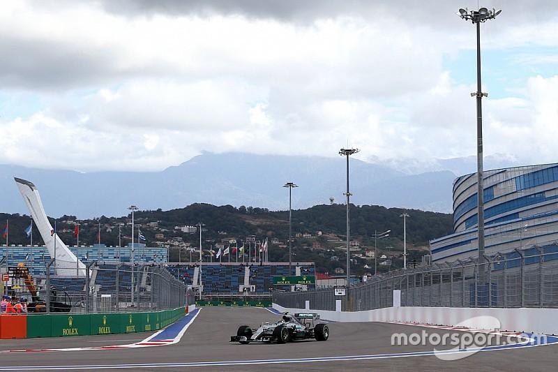 Rosberg lidera una práctica acortada por un accidente de Sainz
