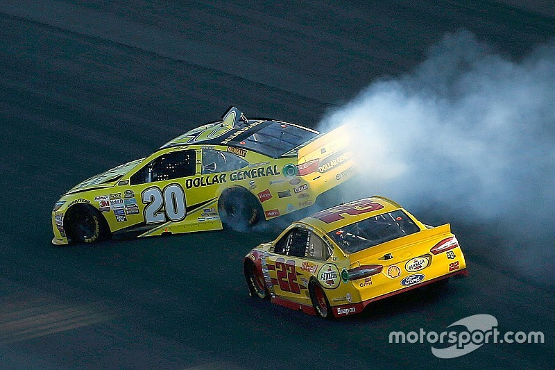 Em final controverso, Logano repete dose no Kansas