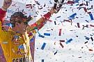 Logano geeft Kenseth een tik en wint op Kansas