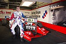 Oliver Rowland conversa com duas equipes de F1