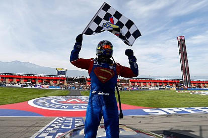 Johnson encarna Superman e vence em Fontana