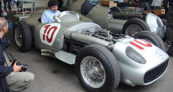 McLaren çifti Mercedes W196'yla gösteri sürüşü yaptı
