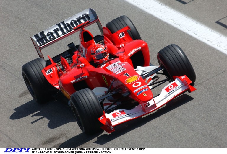 Michael Schumacher a 2003-as Ferrarival Barcelonában: siet…