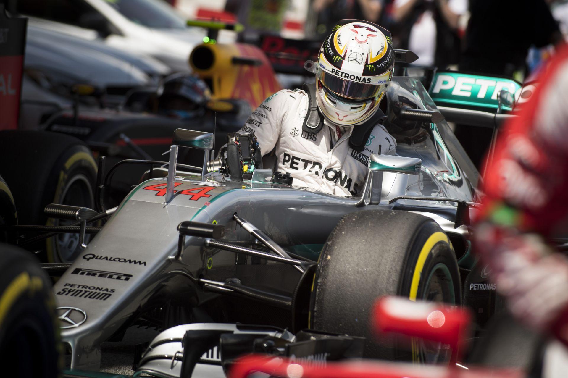 Hamilton csak nevetett a sisakja alatt, miután megfutotta a pole-kört
