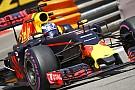 Videón, ahogy a Mercedes szakemberei egészen közelről bámulják a Red Bullt Monacóban