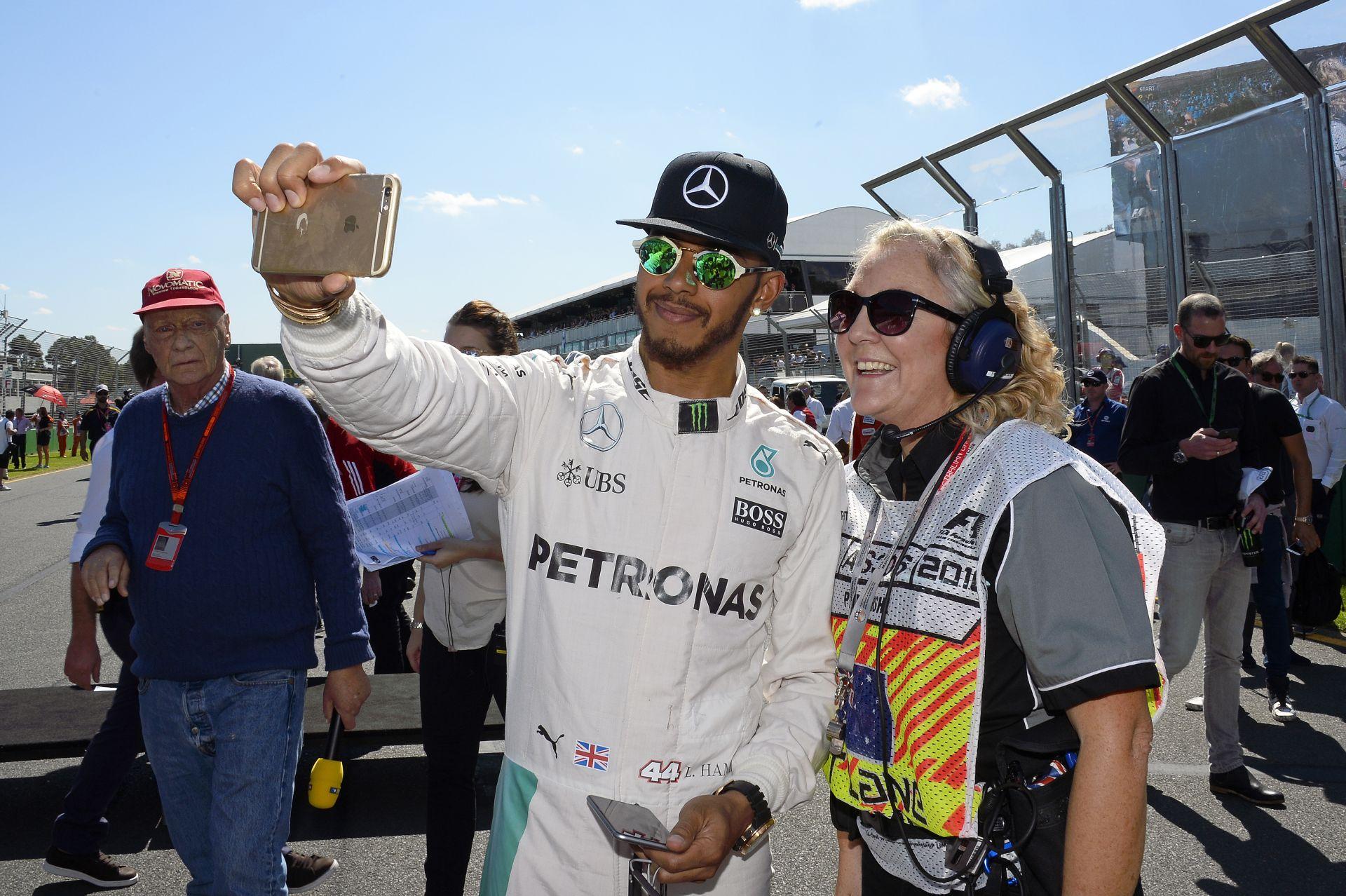 Hamilton a szabályalkotókat és versenyzőtársait kritizálta: Csak Vettel nyitja ki a száját!