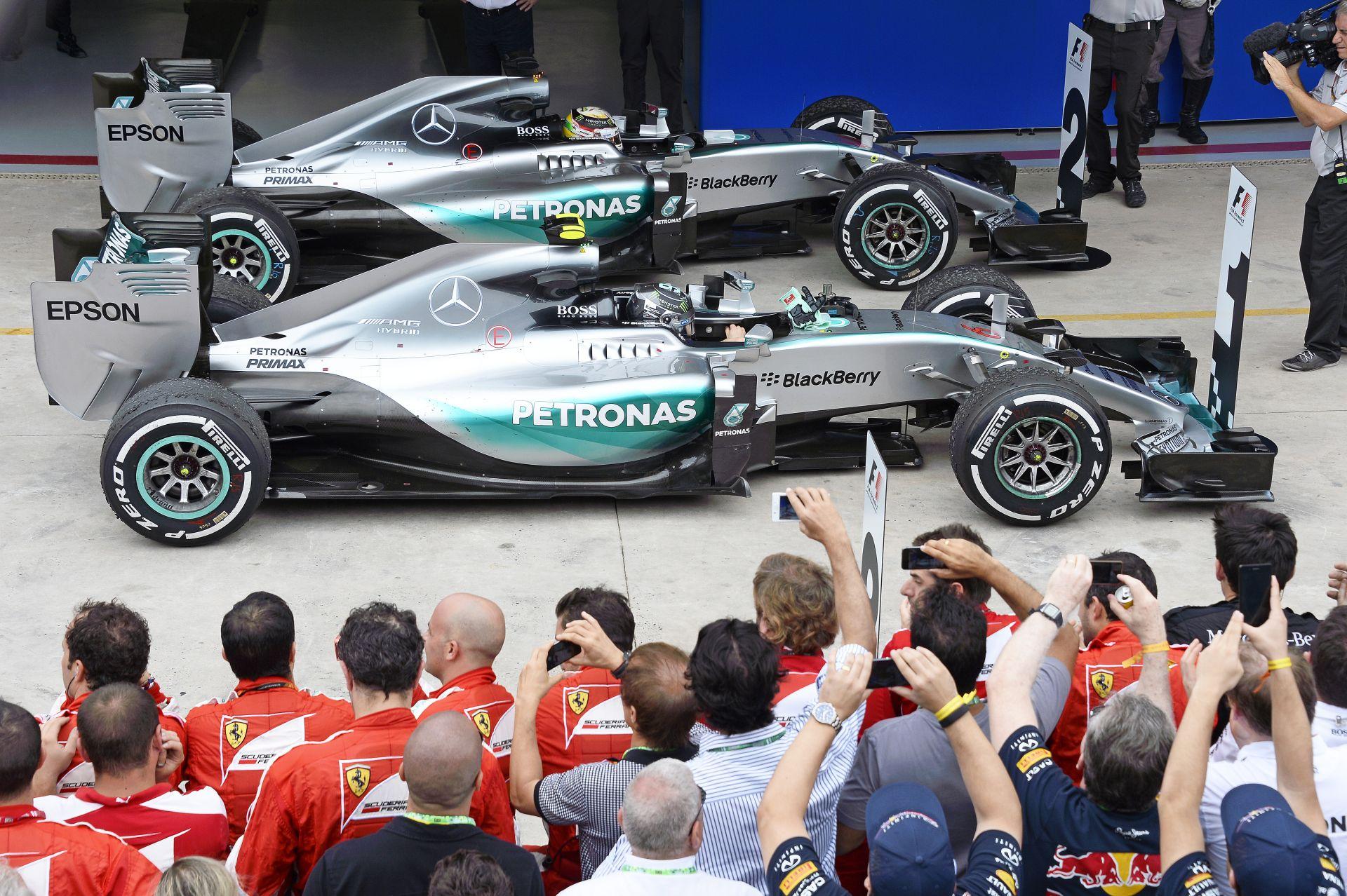Képen Hamilton és Rosberg új autójának idei festése: zöldbe borult a Mercedes