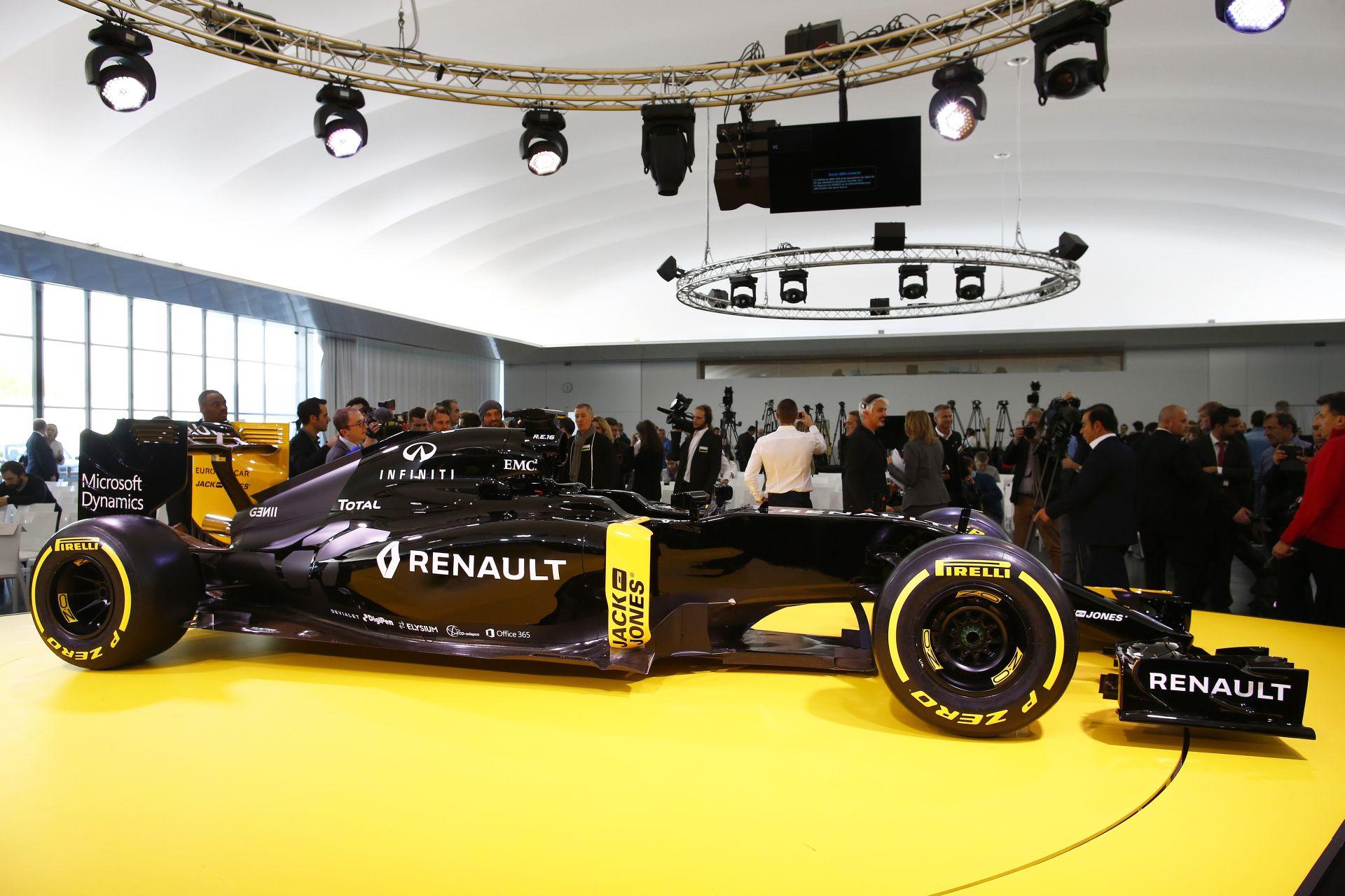 Végre valaki máshogy csinálja: két cső a Renault R.S.16 hátulján