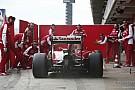 Még Vettelt is feltartotta a Ferrari