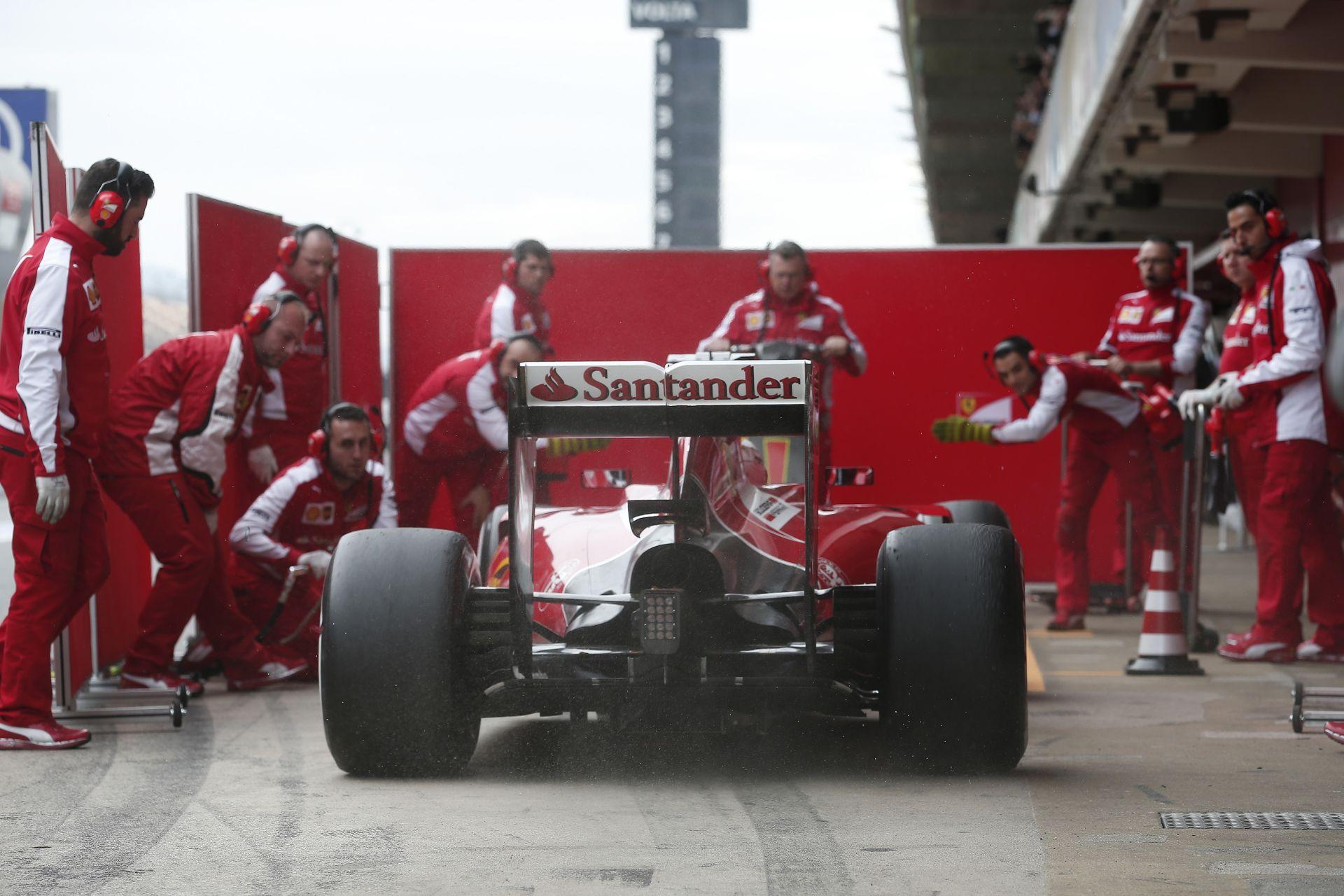 """Még Vettelt is feltartotta a Ferrari """"kémrendszere"""" Barcelonában: videón a jelenet"""