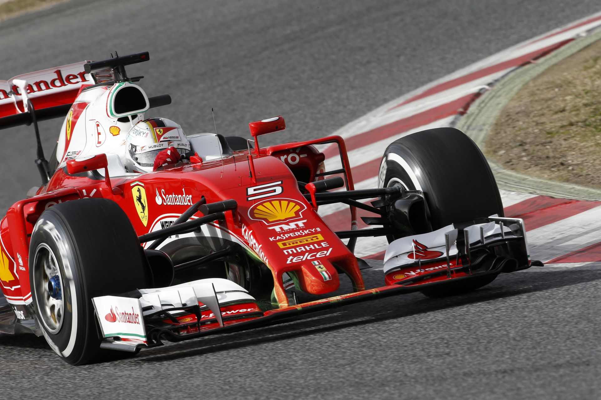 Újabb videón a Ferrari versenygépe Vettellel: szépen röfög