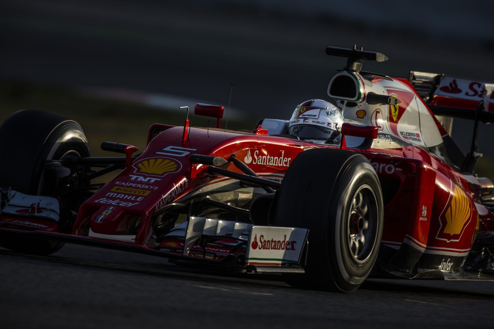 """Videó, ahogy Vettel a hatalmas """"radiátorokkal"""" tesztel a Ferrarival"""