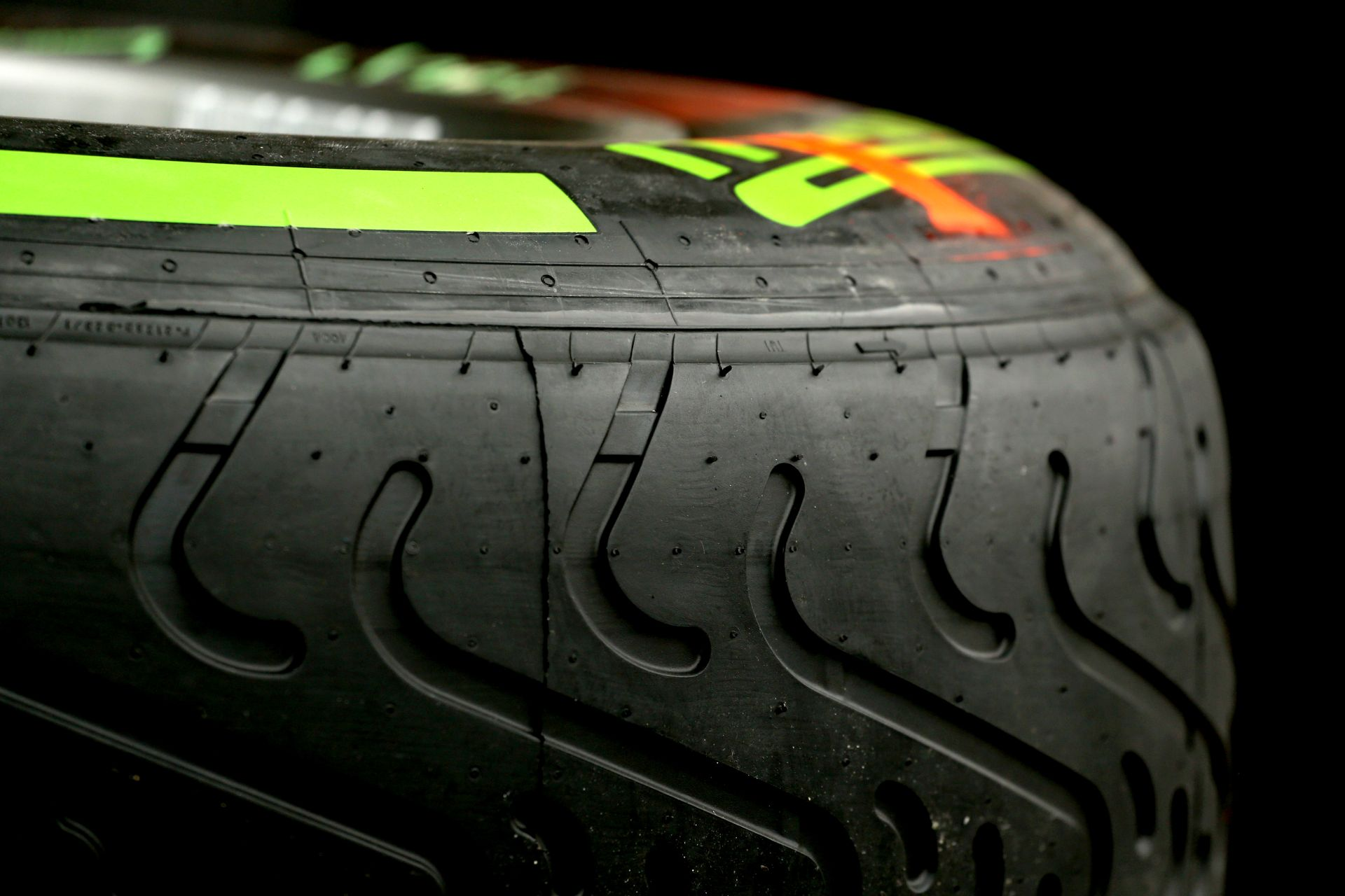 Meglepetés: A Forma-1-es csapatok semmit sem tudnak a 2016-os Pirellikről!