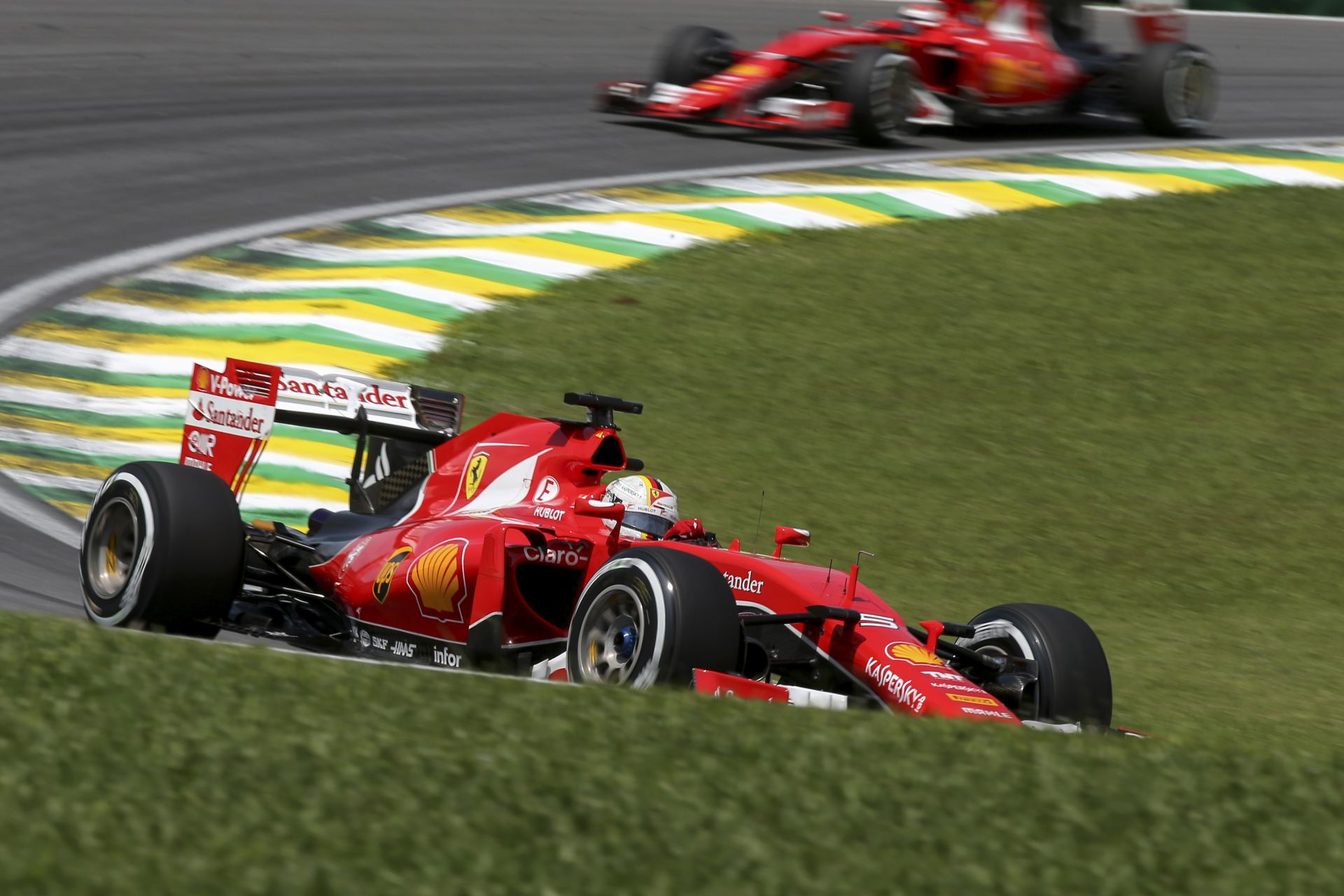 A Ferrari csak annak örül Brazíliában, hogy egyedül ők nem kaptak kört a Mercedesektől!