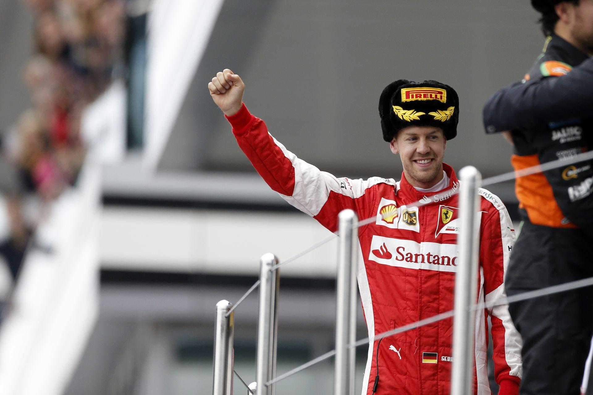 Videón az Orosz Nagyíj dobogós ceremóniája: Vettel, Hamilton és Pérez is nagyon boldog volt!