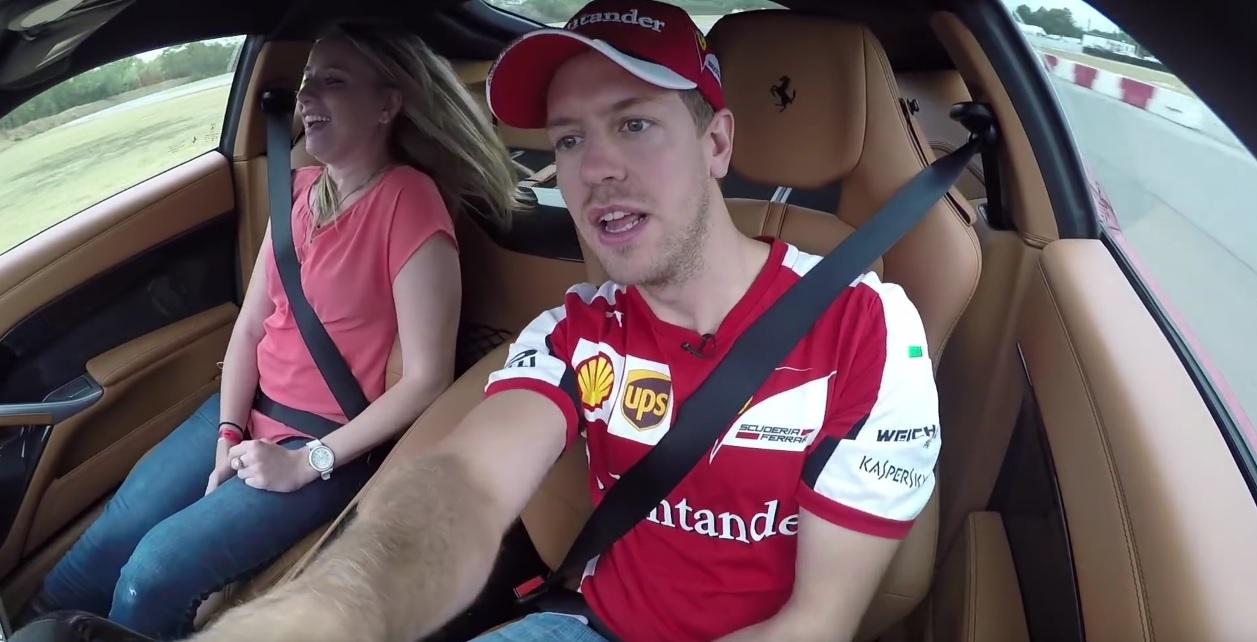 Még az arca is megváltozott Vettelnek: újságíróval csapatta neki a Ferrari F12berlinetta volánja mögött
