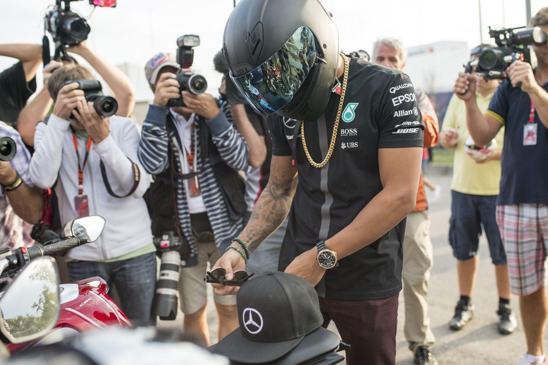 Hamilton egy győzelemre van Sennától: Szingapúrban beérheti példaképét!