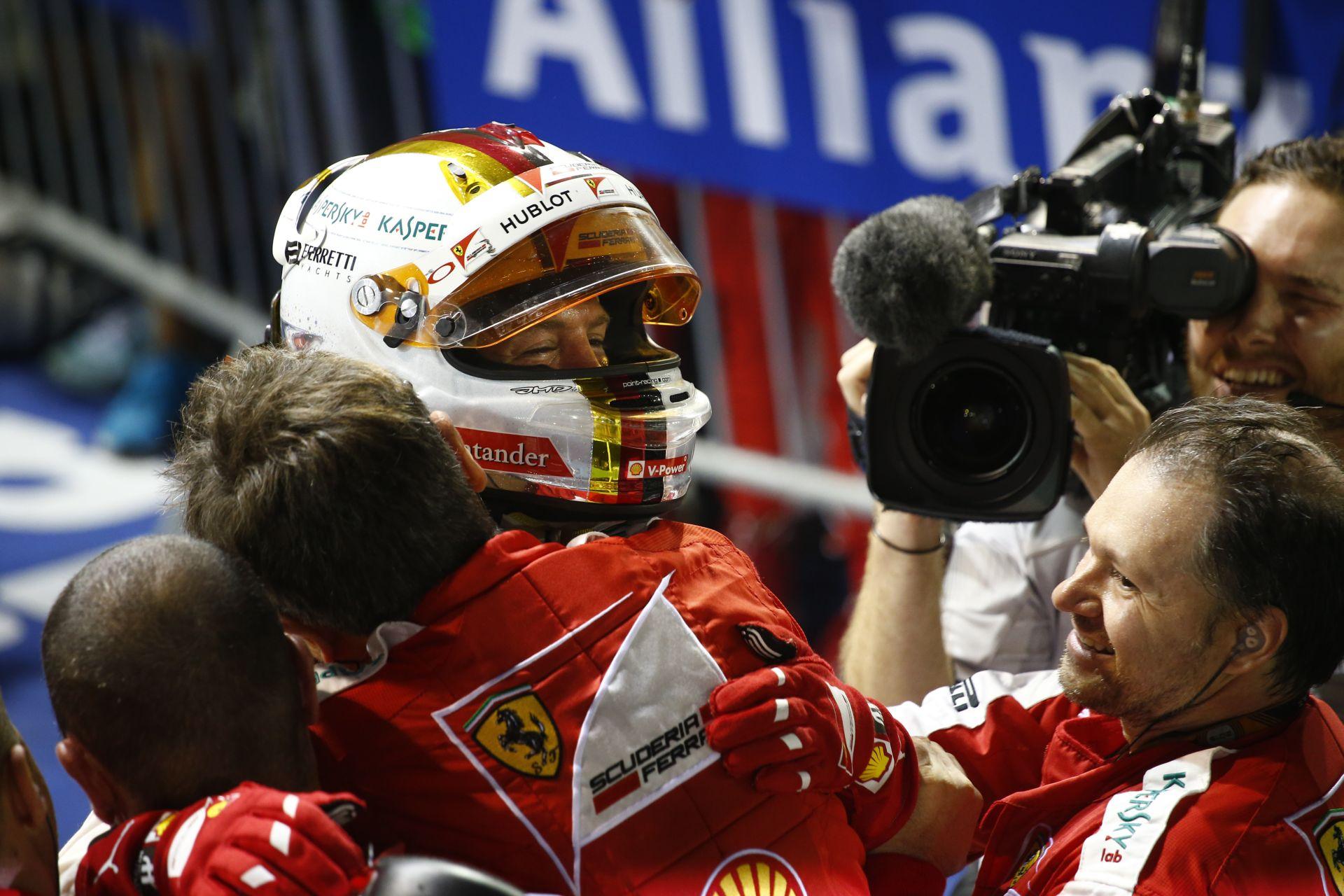 Örömmámor a Ferrarinál és Vettellel Szingapúrban: képgaléria