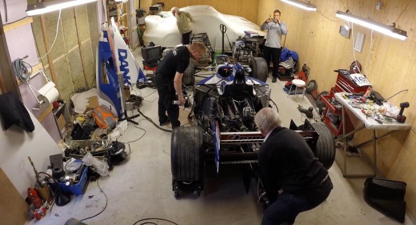 12 év után indították be Damon Hill F1-es autóját: Mindent beborított a füst