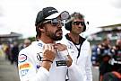 Alonso három kör alatt jött fel az utolsó helyről az elsőre: így gokartozik a kétszeres spanyol bajnok