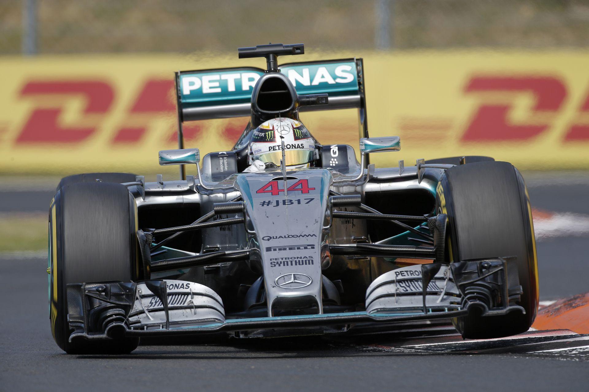 A pillanat, amikor Hamilton majdnem belerohant Rosbergbe a 30. Magyar Nagydíjon