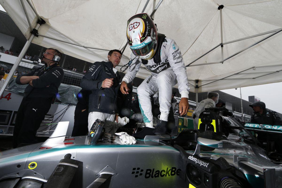 Hamilton lazán száll be az autóba, lassan veszi fel a kesztyűt: fejben nála az előny