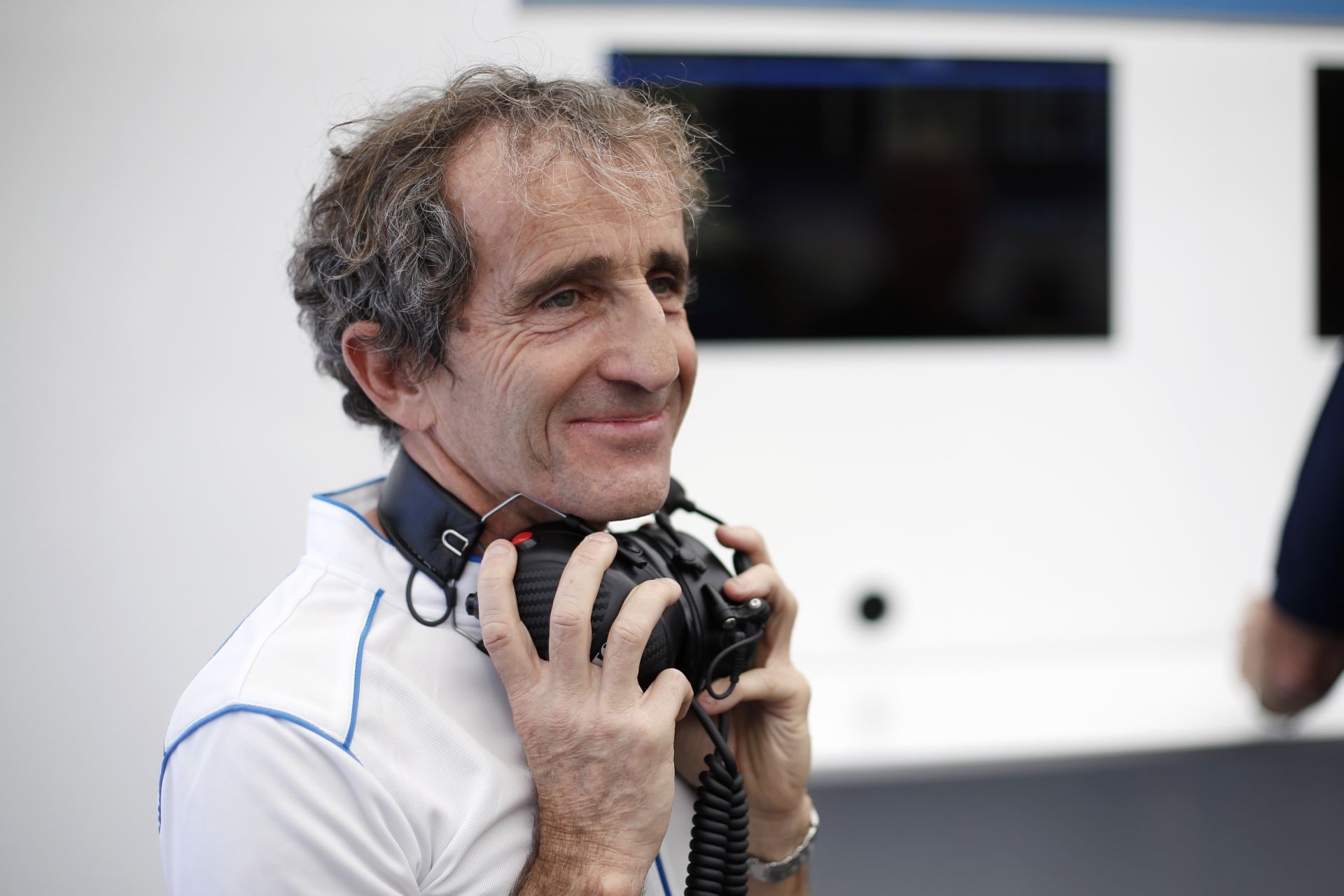 Alain Prost kiáll a Mercedes mellett