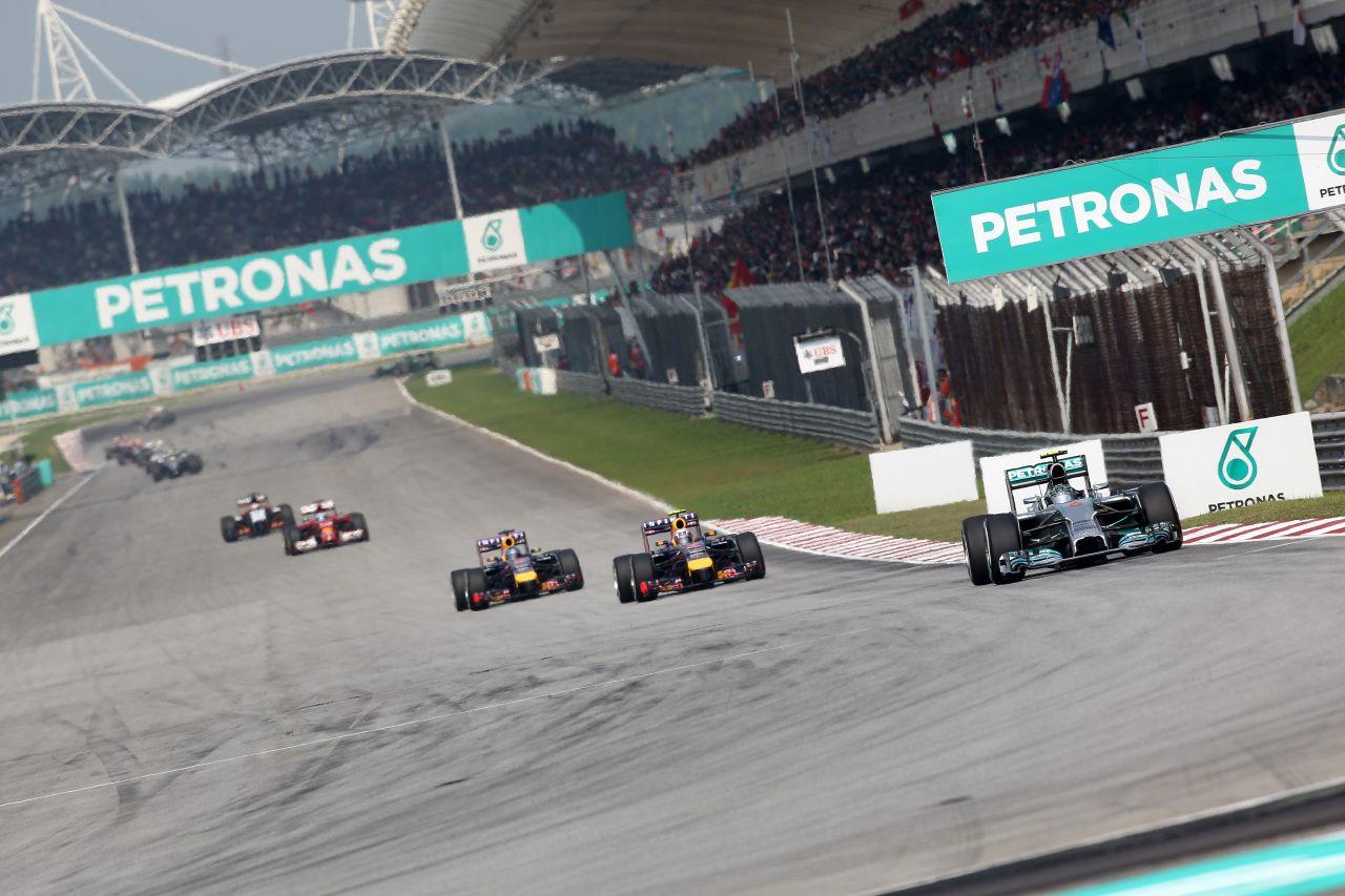 A Red Bull ott van a Mercedes hátsójában: az egyik majdnem felkente a falra Rosberget