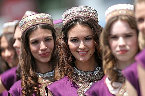 Fotogallery: le grid girl molto etniche della griglia di Baku