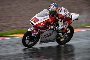 Moto3 Raceverslag Pawi dominant in natte Duitse GP, Bendsneyder leidt een ronde