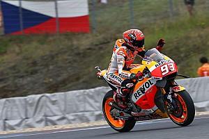 MotoGP Kwalificatieverslag Marquez klopt Lorenzo in strijd voor de pole in Tsjechië