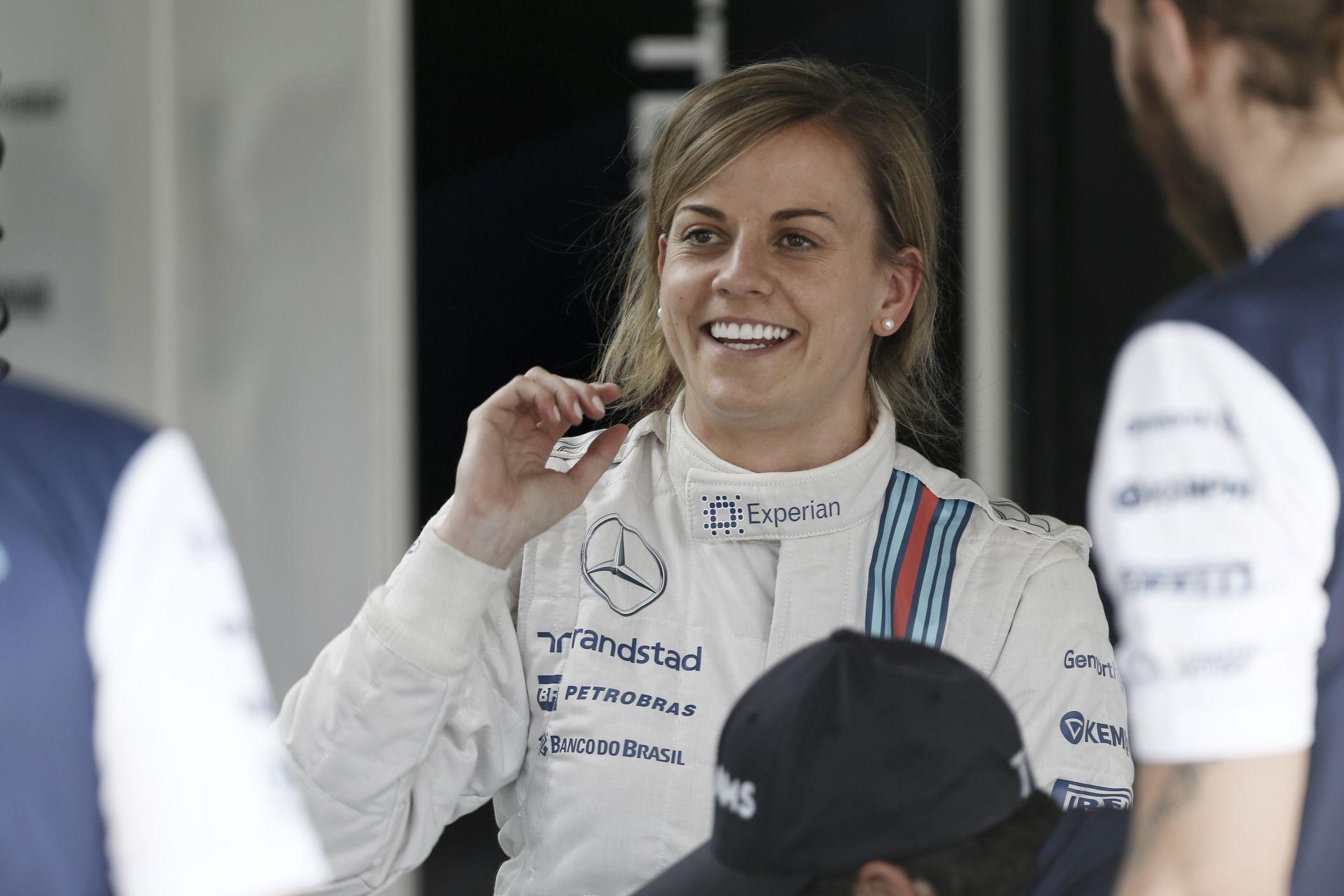 Susie Wolff napszemüvegben a Mercedes volánja mögött - menő!